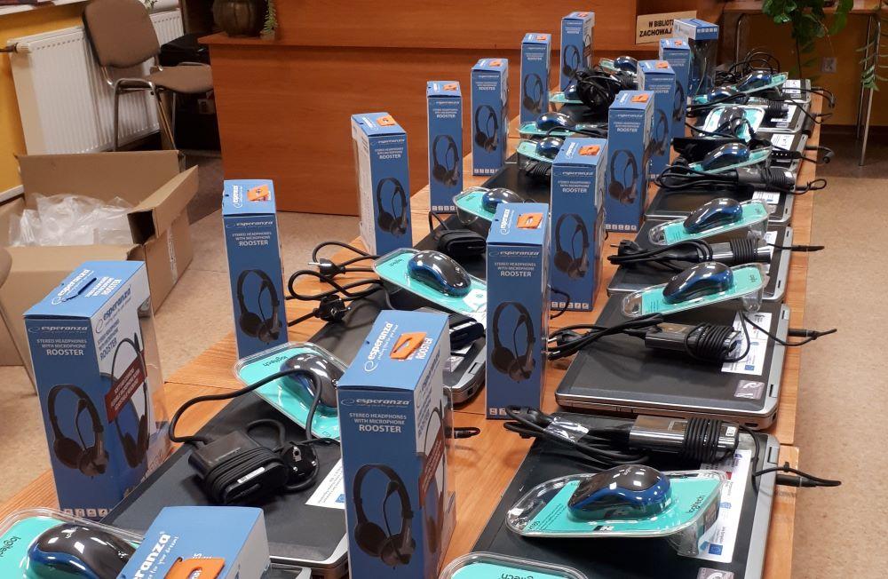 Grafika: zakupione laptopy wraz z akcesoriami do nauki zdalnej