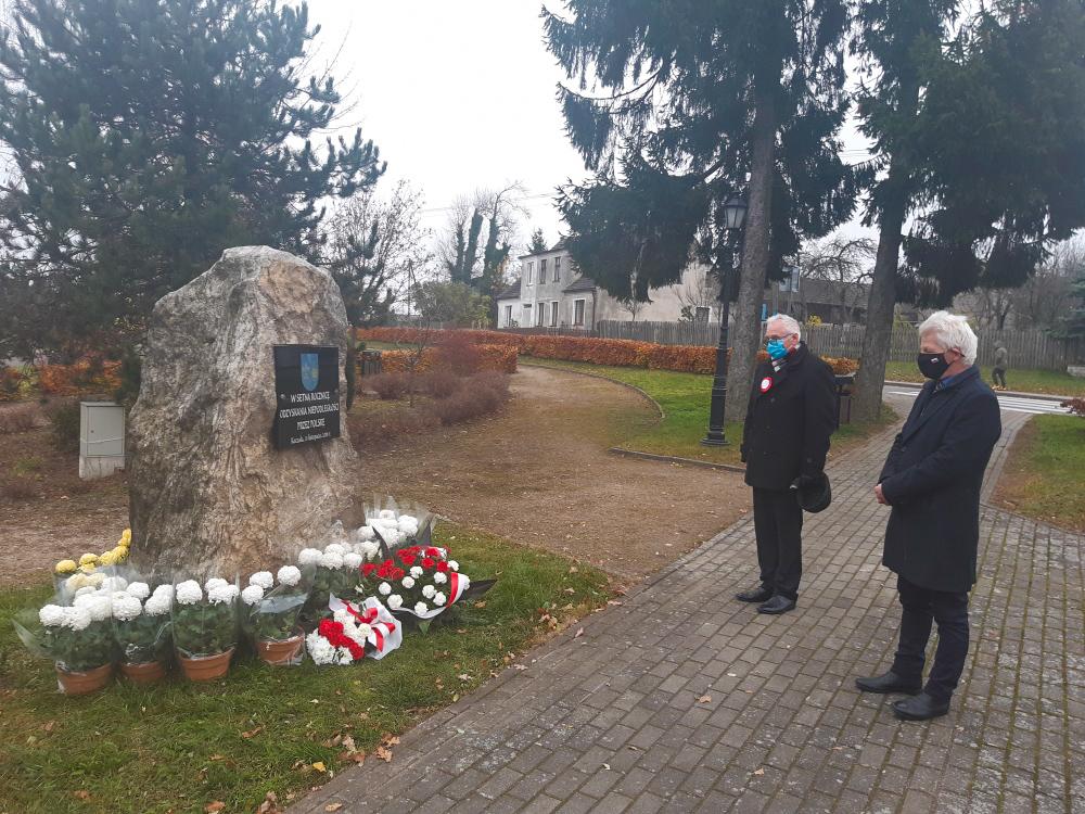 Wójt Gminy Koczała Jerzy Bajowski iPrzewodniczący rady Powiatu Człuchowskiego Tadeusz Lisowski złożyli kwiaty podobeliskiem upamiętniającym setną rocznicę odzyskania niepodległości.