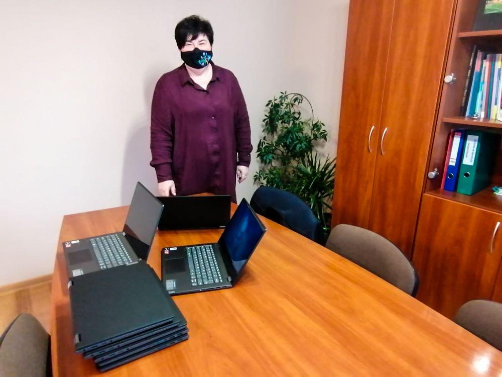 Pani Dyrektor Zespołu Kształcenia iWychowania wKoczale odbiera laptopy.
