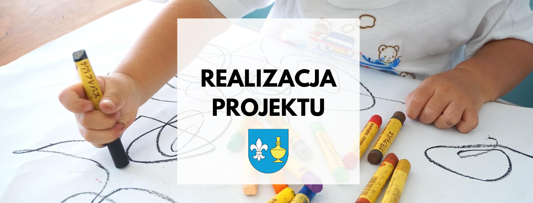 Nagłówek graficzny o treści: realizacja projektu. Grafika: herb gminy Koczała, w tyle rysujące dziecko