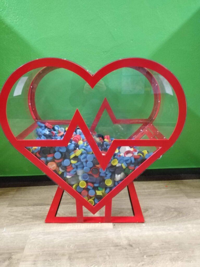 grafika: metalowy pojemnik nanakrętki wkształcie serca