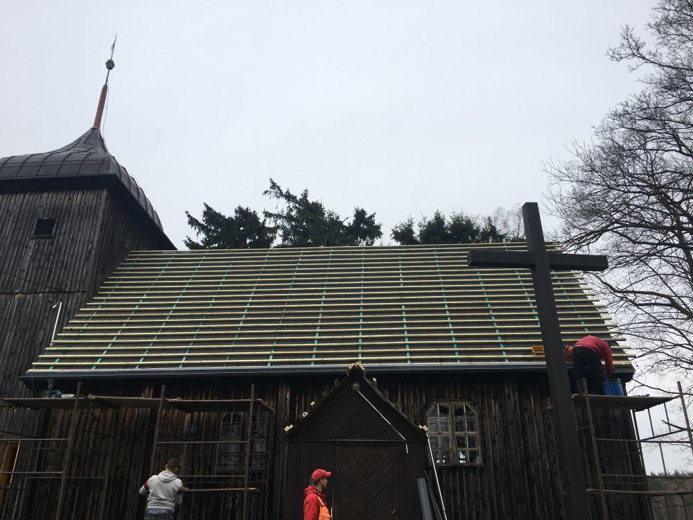 Widok nazerwany wramach remontu gont dachu kościoła filialnego wStarznie.