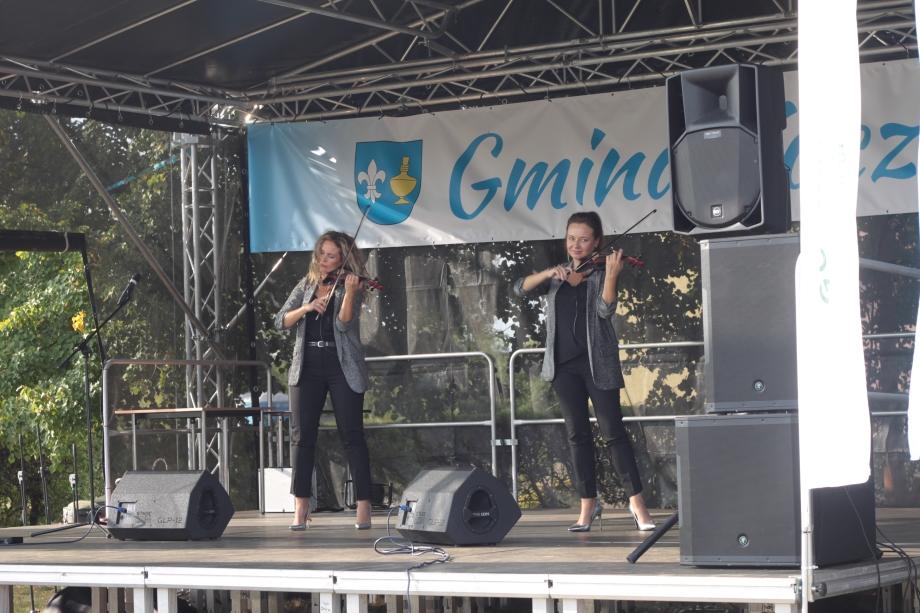 Fotografia przedstawia zespół skrzypaczek Queens of violin nascenie.