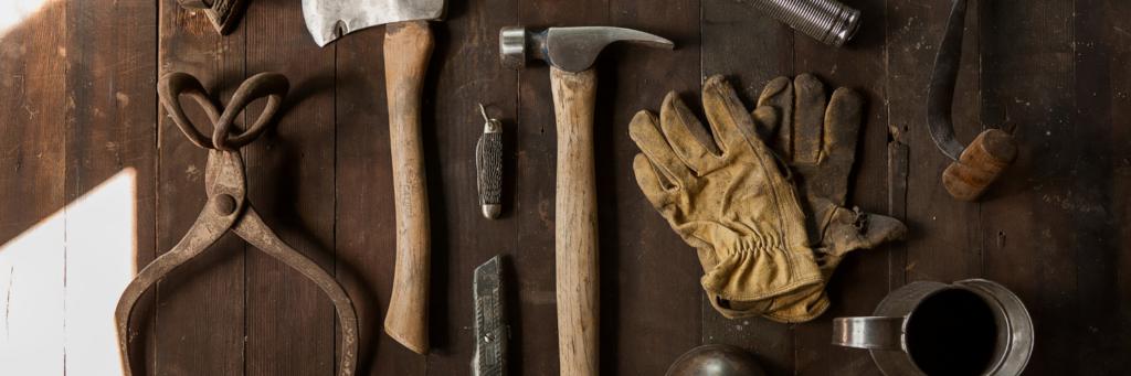 Grafika przedstawiająca narzędzia irękawice stolarskie.